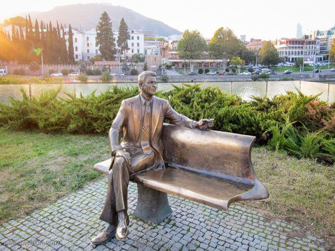 Памятник Рейгану в парке Рике
