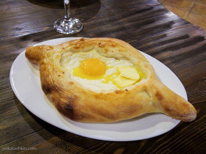Хачапури по-аджарски с яйцом, сыром и маслом