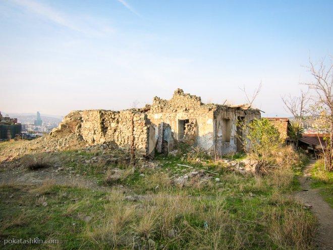 Разрушенный дом на горе