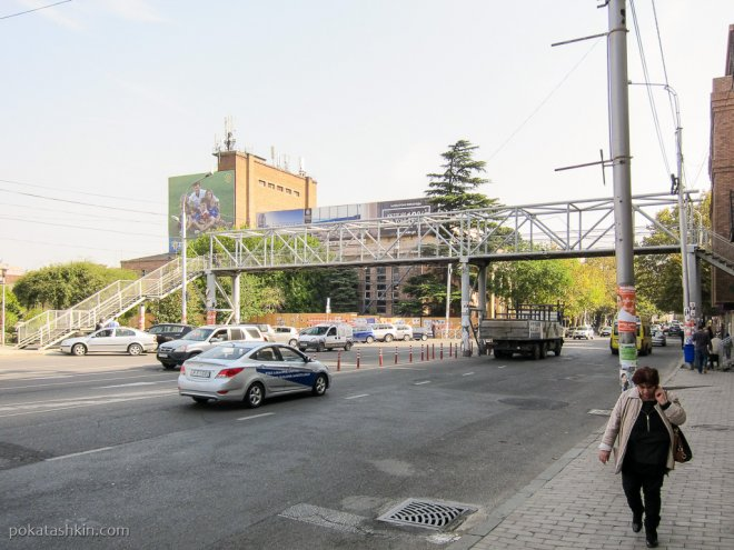 Надземный пешеходный переход над проспектом Кетеван Цамебули