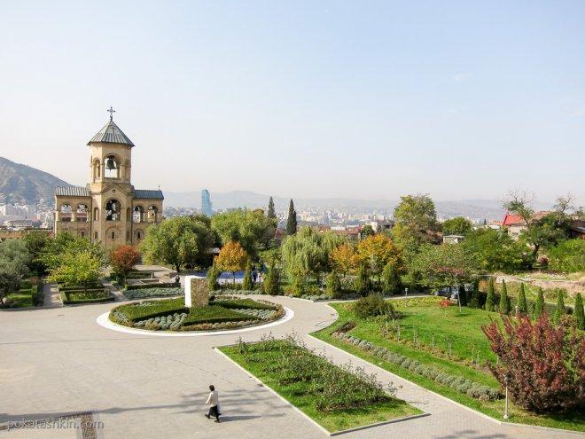 Парк возле Цминда Самеба (Собор Святой Троицы)