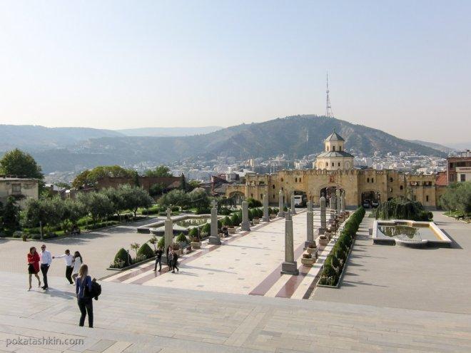 Площадь возле Цминда Самеба (Собор Святой Троицы)
