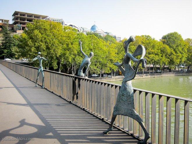 Фигуры на мосту Николая Бараташвили