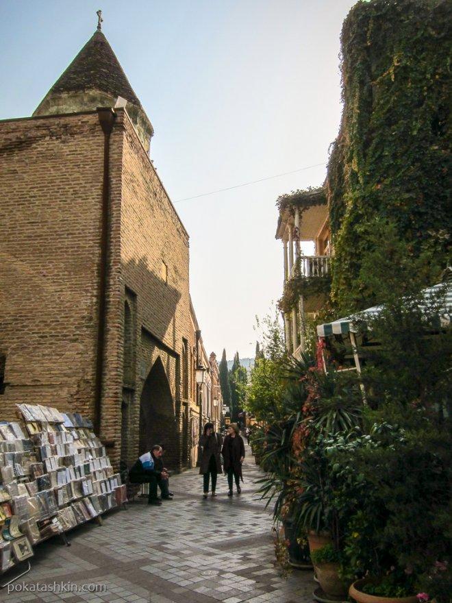 Продавец книг на улице Шавтени
