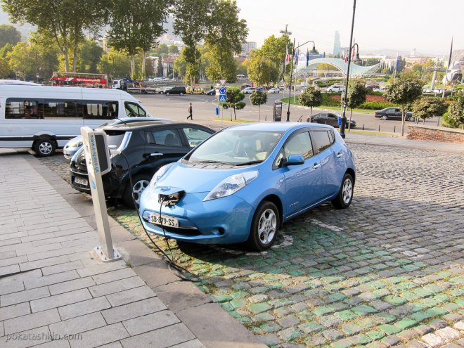 Зарядка электромобиля в Тбилиси на полщади Европы