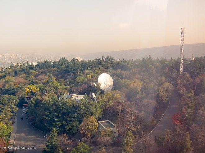 Спутниковая антена в парке Мтацминда