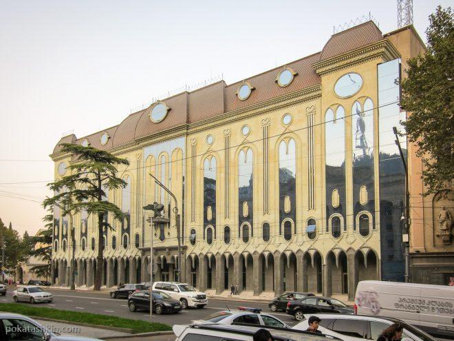Тбилиси: Здание с птицей над входом