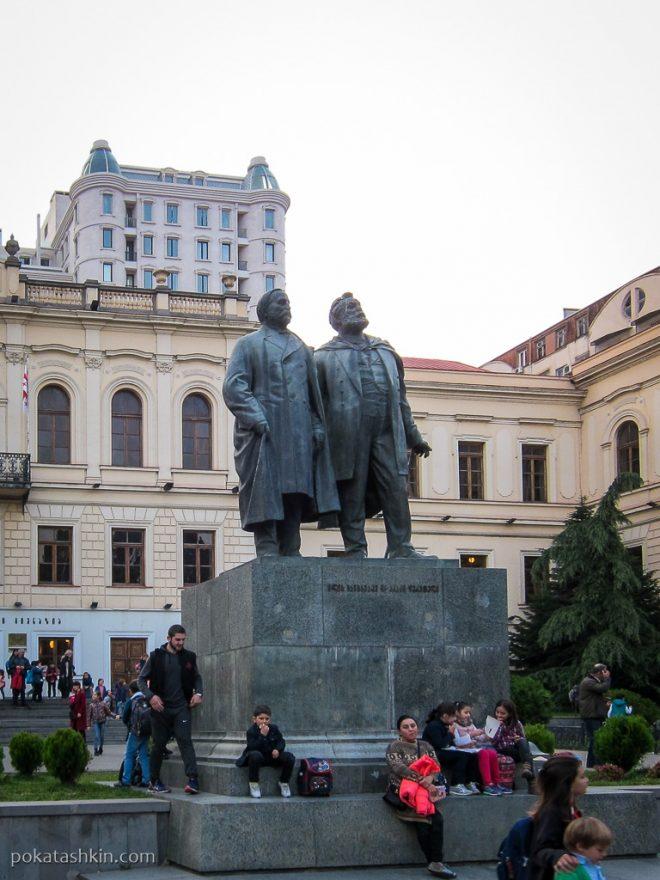 Тбилиси: памятник возле театра оперы и балета