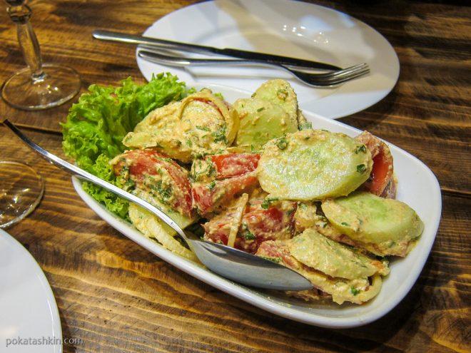 Салат из помидоров, огурцов и грецких орехов