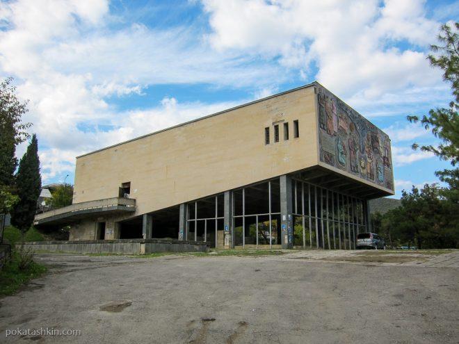 Старый кинотеатр в Мцхете
