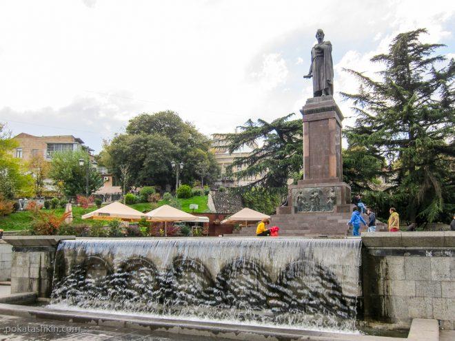 Фонтан рядом с памятником Шота Руставели (Тбилиси)