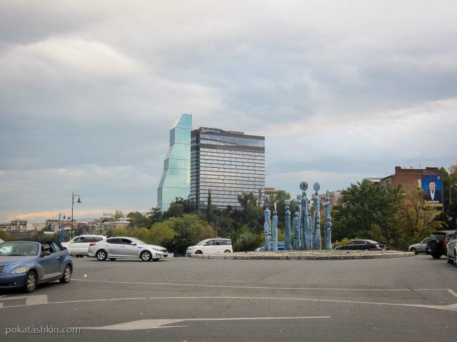Скульптура на кольце (Тбилиси)
