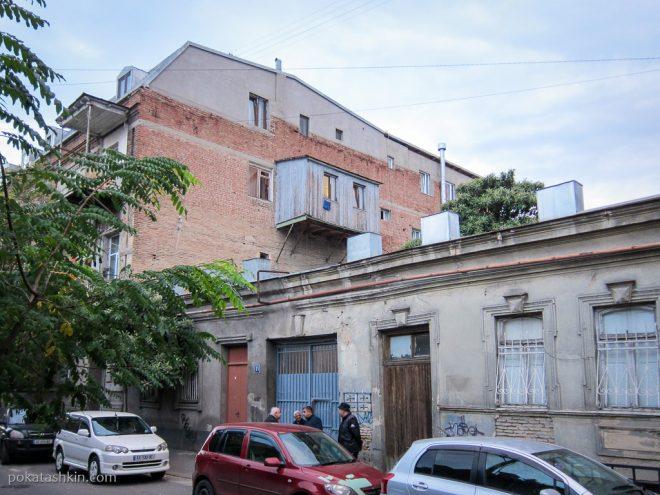 Самодельный балкон в Тбилиси