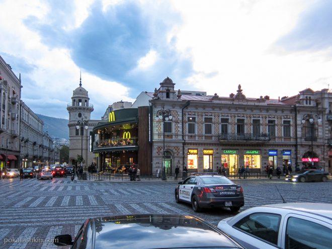Площадь рядом со станцией метро Марджанишвили (Тбилиси)