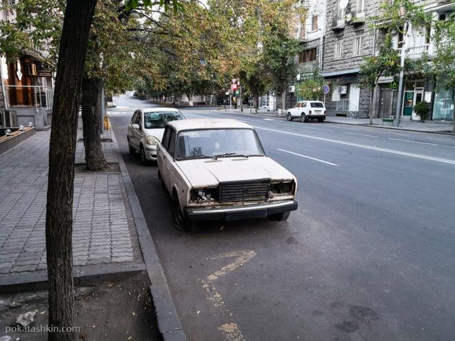 Брошенные машины на улицах Еревана