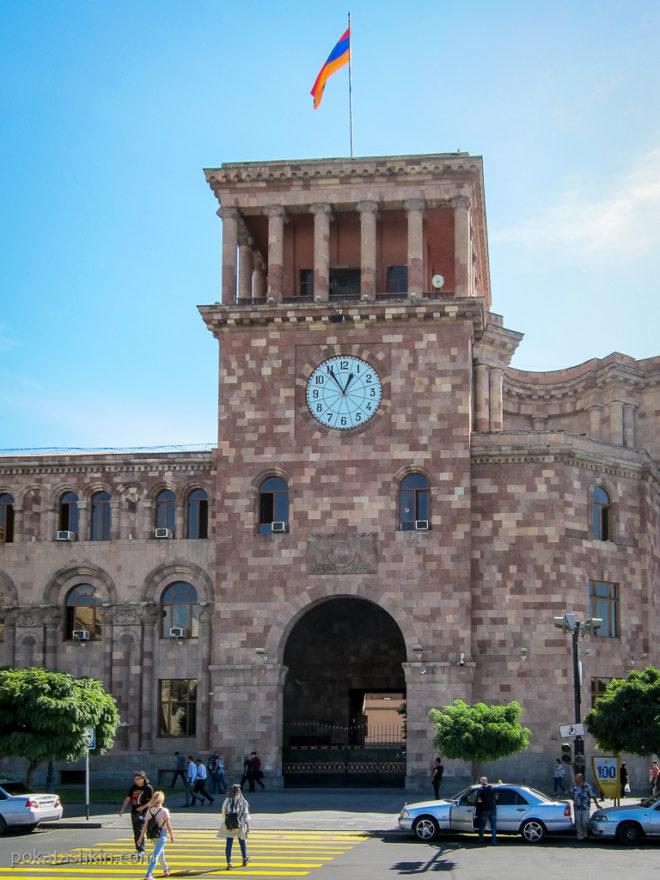 Ереванские часы на резиденции премьер министра