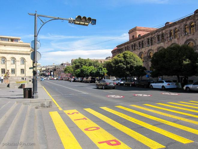 Желтый пешеходный переход