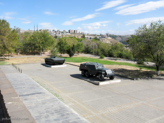 """Военная техника возле монумента """"Мать Армения"""""""