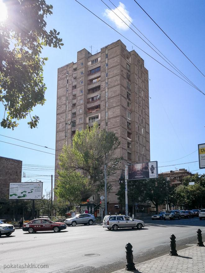 Ереванская многоэтажка из розового туфа