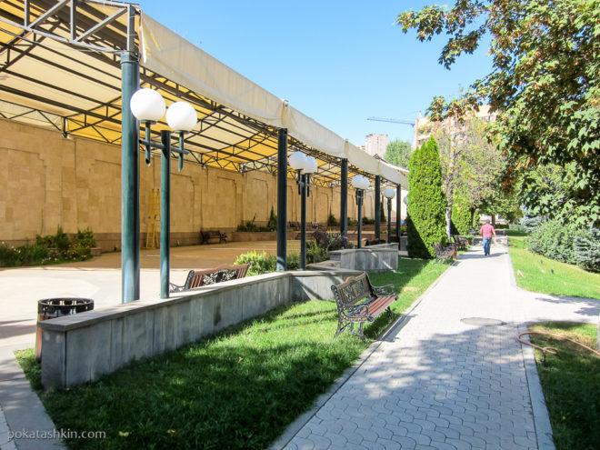 Сад вокруг резиденции президента (премьер-министра) в Ереване