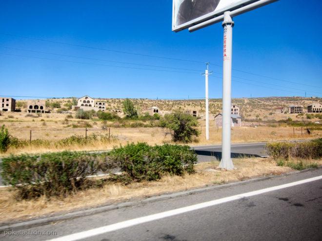 Недостроенные дома на трассе Ереван-Дилижан
