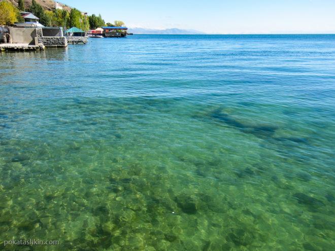 Вода в озере Севан