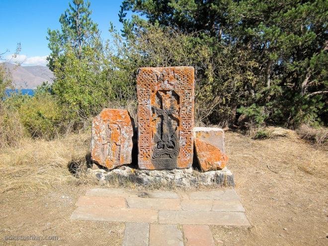Камни с крестом