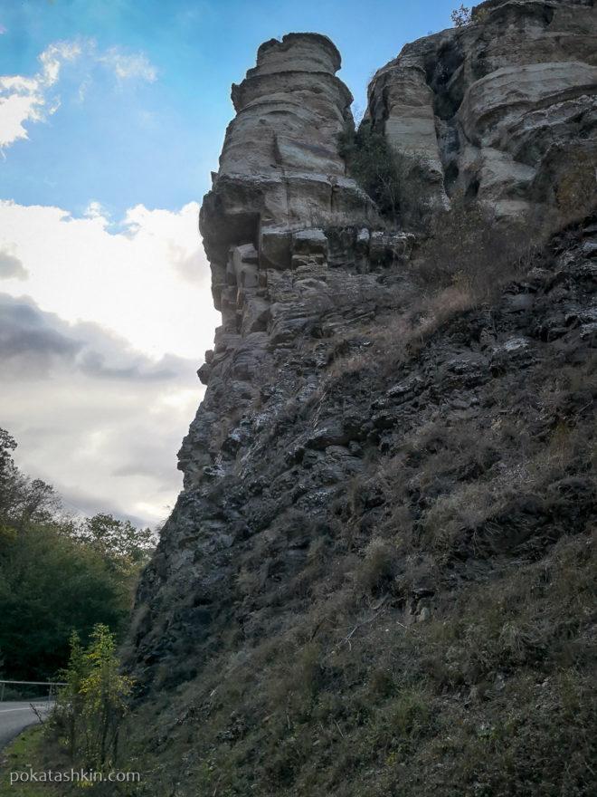 Камни над дорогой