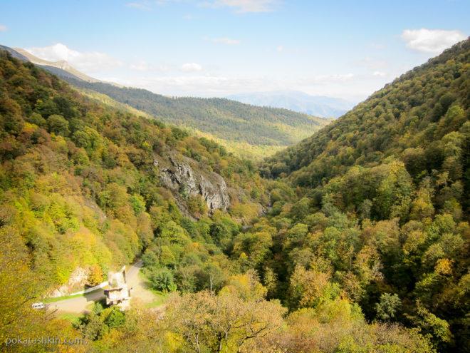 Вид на горы рядом с монастырем Гошаванк